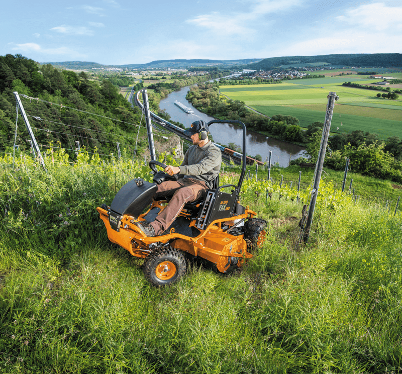 Einsatz des Schlegelmaehers am Weinberg AS 1040 YAK 4WD